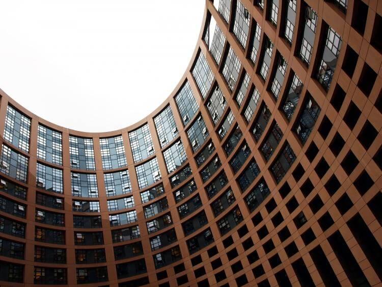 Zmiany w podatku VAT w całej Europie. Jak to wpłynie na nasze wydatki w Polsce oraz za granicą?